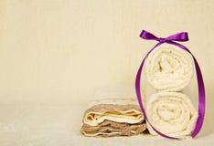与一幅刺绣的毛巾反对两端有绒穗之布 免版税库存图片