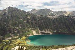 与一座小山和湖的美好的山风景 库存照片