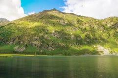 与一座小山和湖的美好的山风景 免版税图库摄影