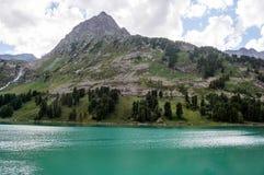与一座小山和湖的美好的山风景 库存图片