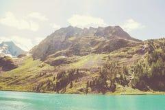 与一座小山和湖的美好的山风景 图库摄影