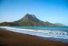 与一座山的地中海海滩在背景中 免版税库存图片