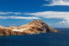 与一座山的风景在海岸 免版税图库摄影