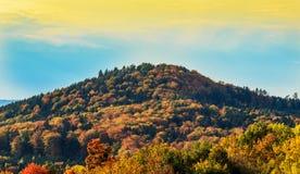 与一座山的风景在秋天颜色 免版税库存图片