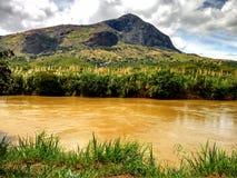 与一座山的黄色河沿在后面 免版税库存照片