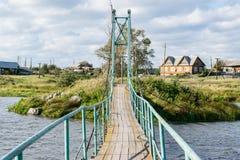 与一座桥梁的俄国农村风景在河 免版税图库摄影