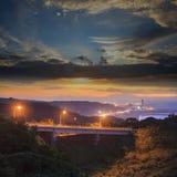 与一座桥梁的美好的日落在海 免版税图库摄影