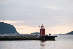 与一座灯塔的晚上风景在旅游圣地Alesu 免版税库存照片