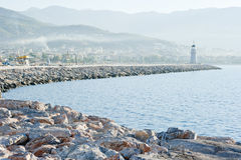与一座灯塔的横向在港口 免版税图库摄影