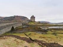 与一座石桥梁的爱莲・朵娜城堡在水上,苏格兰, 免版税库存图片