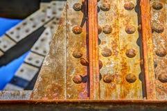 与一座铁路桥的飞行铁锈的钢大梁 图库摄影