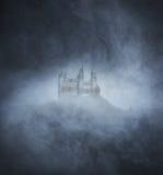 与一座鬼和古老城堡的万圣夜背景 免版税图库摄影