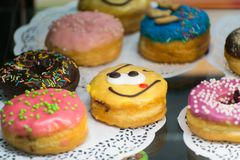 与一张兴高采烈的面孔的上釉圆环在逆糖果店 免版税库存图片