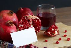 与一张卡片的石榴文本和一块玻璃的用石榴石汁液 免版税库存图片