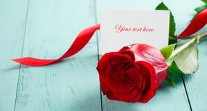 与一张卡片的红色玫瑰华伦泰的 免版税图库摄影
