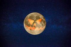 与一张可怕的神秘的面孔的万圣夜橙色满月与星 库存照片