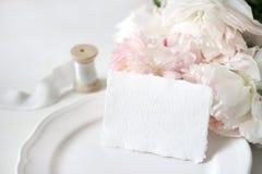 与一张手工纸贺卡的明亮的婚礼或生日文具大模型场面,瓷板材,丝绸短管轴  免版税库存照片