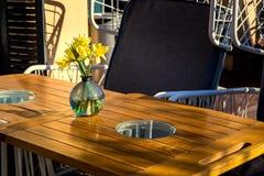 与一张木桌的一个空的街道咖啡馆 图库摄影