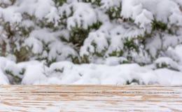 与一张木桌的冬天背景和对象的安置的一个上载区 为文本,祝贺,词组嘲笑  图库摄影