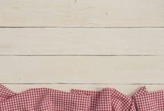 与一张红色方格的桌布的粗俗背景 库存图片
