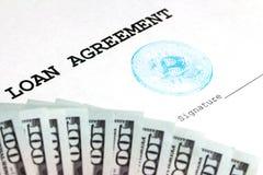 与一张蓝色bitcoin邮票的一个贷款协议和签字的一个地方 美元一千 隐藏货币的交换率 免版税库存图片