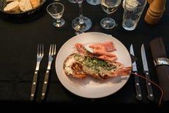 与一张集合桌的龙虾晚餐在黑色 免版税图库摄影