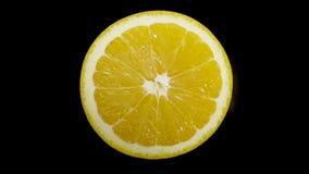 与一把刀子的Iolated橙色裁减在黑背景的演播室 影视素材