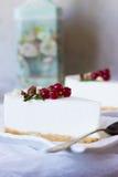 与一把匙子的香草乳酪蛋糕在板材 库存图片