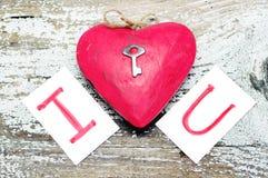 与一把小金属钥匙的红色心脏和卡片发短信我爱你 免版税库存图片
