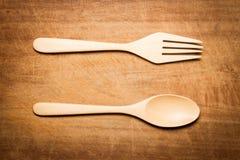 与一把木匙子和叉子的干木表面 免版税库存图片