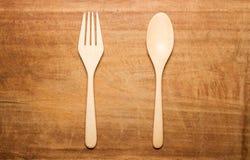 与一把木匙子和叉子的干木表面 库存图片