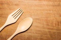 与一把木匙子和叉子的干木表面 库存照片