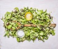 与一把木匙子的极少数新鲜的沙拉Lollo rosso,油盐木土气背景顶视图关闭 免版税库存图片