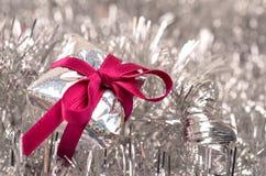 与一把桃红色弓的圣诞节礼物 免版税库存照片