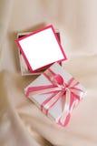 与一把桃红色弓的白色礼物 库存图片