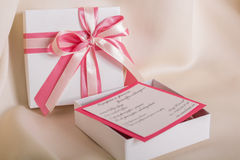 与一把桃红色弓的白色礼物 免版税库存照片