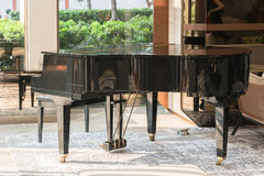 与一把椅子的盛大钢琴在大厅里 库存照片