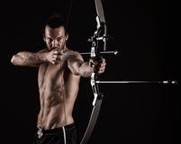 与一把现代复合弓的弓猎人 库存照片
