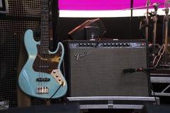 与一把电吉他的防御者Amp在阶段 图库摄影
