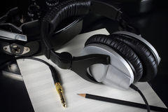 与一把电子吉他和演播室耳机的构成 库存图片