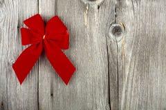 与一把红色丝带弓的圣诞节问候 库存图片