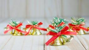 与一把红色弓的圣诞节铃声 库存图片