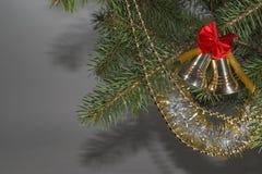与一把红色弓的在一棵绿色树的响铃和小珠 库存图片