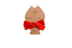与一把红色弓的木猫 免版税库存照片