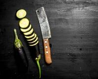 与一把老刀子和切片的新鲜的茄子 免版税库存照片