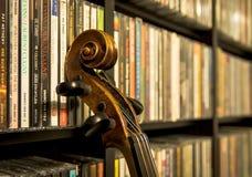 与一把老小提琴的静物画 免版税库存照片