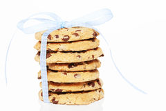 与一把蓝色弓的被堆积的曲奇饼 库存图片