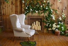 与一把软的扶手椅子,桌,在土气样式的蜡烛的一个舒适角落 免版税库存照片