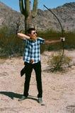 与一把长的弓的传统阿切尔在沙漠 库存照片