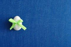 与一把绿色弓的一个复活节彩蛋 库存照片